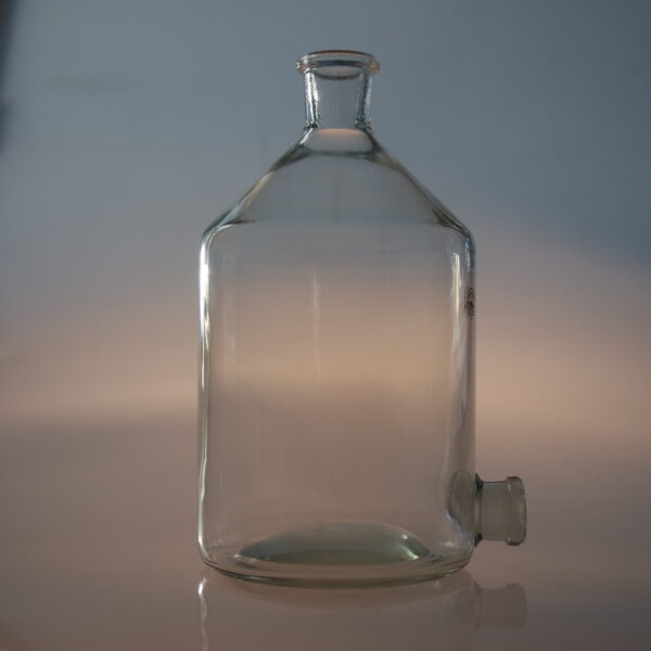 Used decanter equipped with heavy duty rim, including train stop side entry and stopcock, 10 liter.