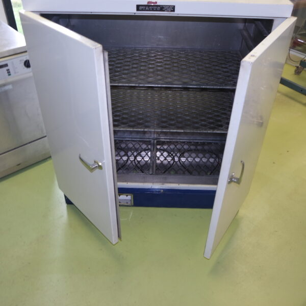 Offered for sale a used drying oven for laboratory purposes. Oven is fully operational and the retro look gives it a unique fancy appearance. Price € 250