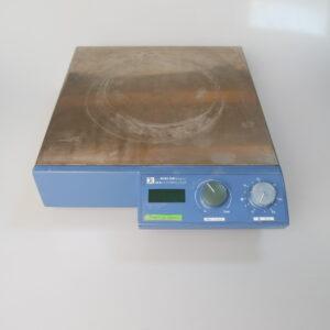 De tweedehands magneetroerder IKA midi MR1 digital, is een krachtige magneetroerder zonder verwarming. Hij bevat een timer die tot 50 minuten gezet kan worden en kan volumes tot 50 l roeren. Kenmerken en specificaties: Vlakke, stevige behuizing van roestvrij staal Motor vergrendeling Traploos variabele draaisnelheid van 0-1.100 min-1 Digitale LED-display die de draaisnelheid weergeeft 0-56 min timer of continu gebruik Tot hoeveelheden van 50 liter Afmeting (W x H x D): 36 x 11 x 43 cm Roer snelheid: 0 - 1000 1/min Technische specificaties: 230 V, 50/60 Hz, 70 W Gewicht 10.7 kg Nieuwprijs: 3000 euro De tweedehands magneetroerder IKA midi MR1 digital is getest in ons laboratorium en is in een goede staat. Een eenvoudiger alternatief voor kleinere volumes is de IKA Lab Disc.